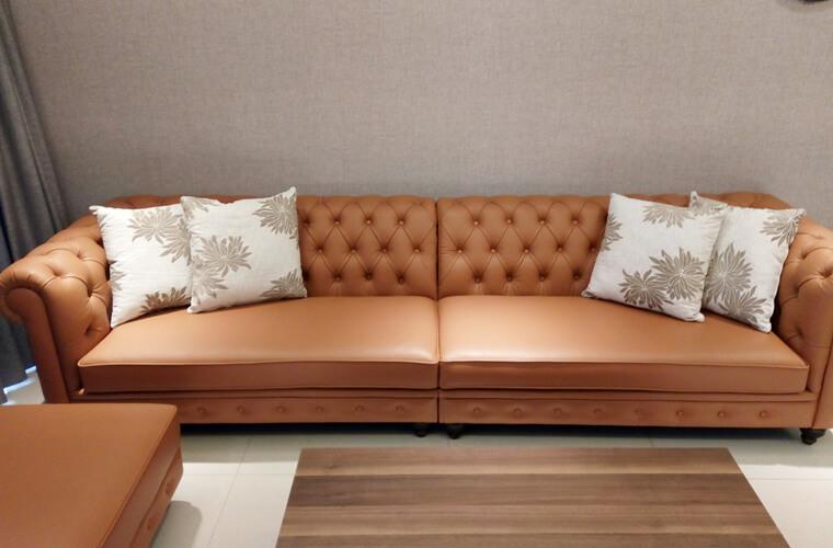 這組牛皮沙發的原始造型接近義大利Poltrona經典款式