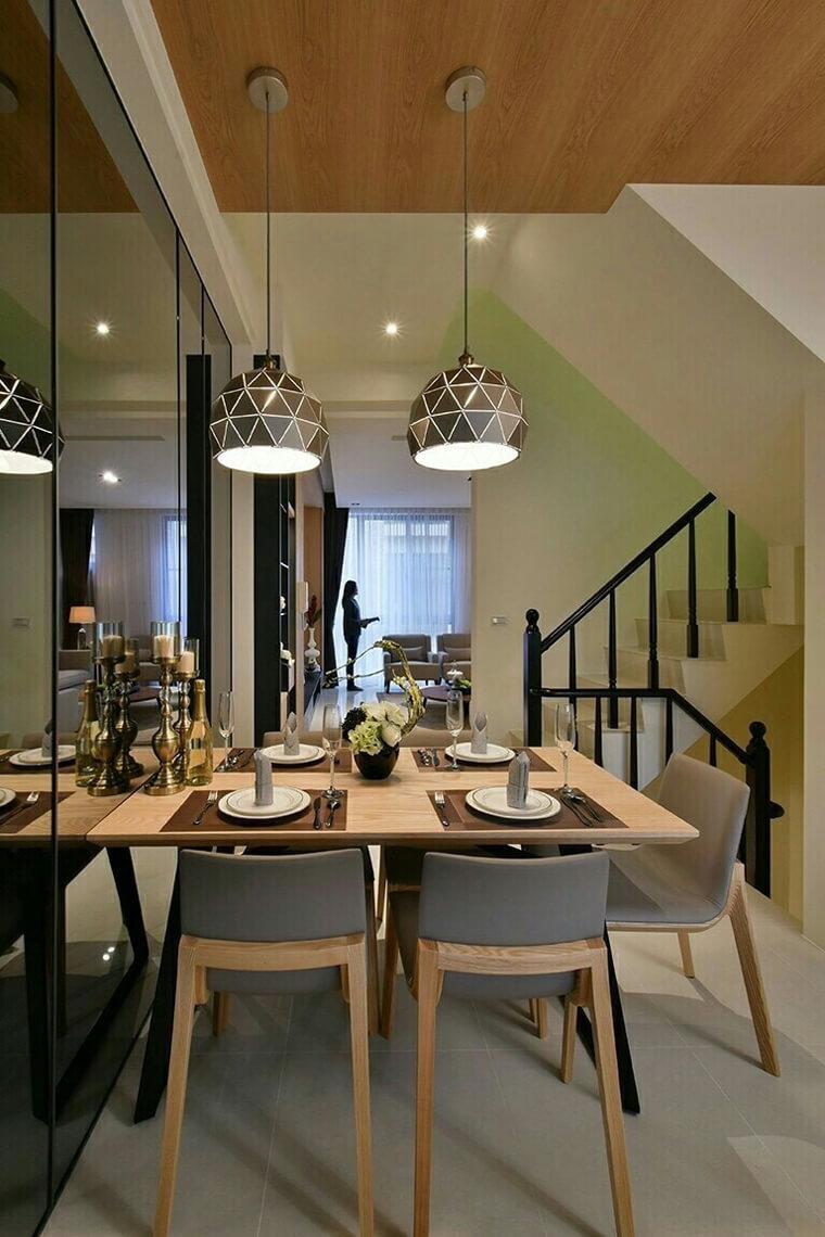 設計師以鏡面玻璃的處理方式,為原本並不大的餐廳塑造出寬廣的空間感。