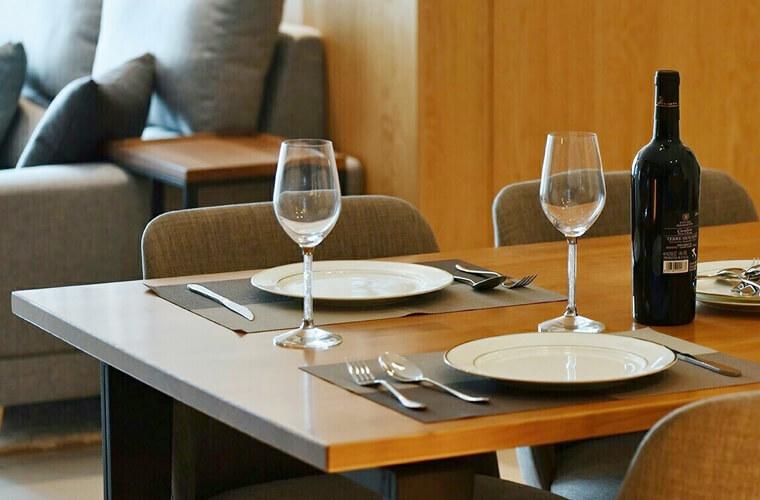 餐椅的椅腳,業主希望以較淺色的木頭,搭配文化石的米白色澤