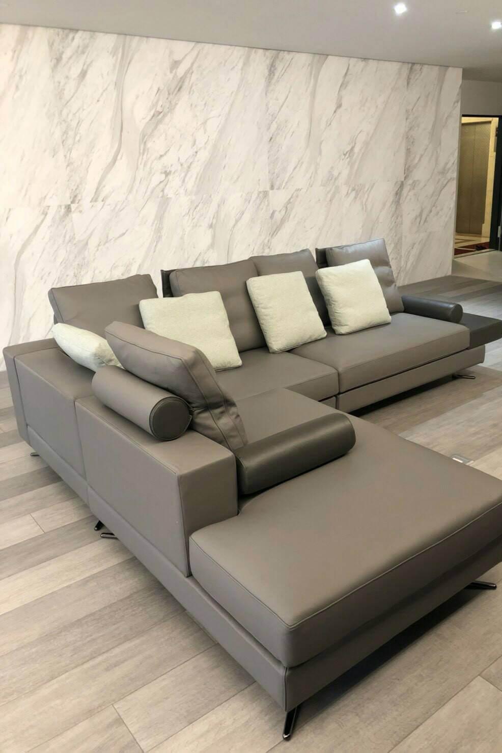 1、我們的沙發背靠:大靠枕後方多了一塊一體成形的鐵件,讓這種低矮背的沙發能夠有較高的背部支撐