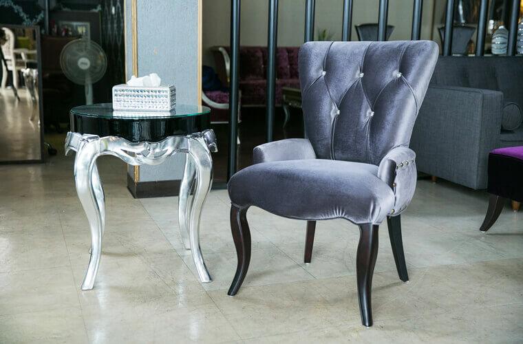 蘭朵單人沙發採用特別的低角度扶手以及大寬幅的背靠設計,提供絕佳的肩腰支撐