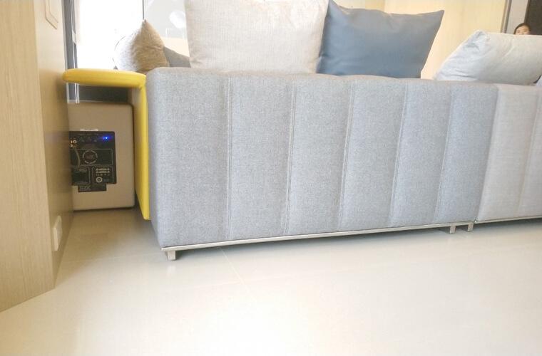 如果消費者有買復刻版沙發的打算,會發現通常都會把金屬材質表現在沙發上